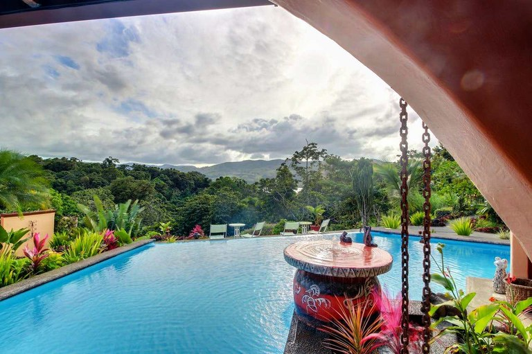 WORLD FAMOUS TOAD HALL: SUPERLATIVE 10 ROOM BOUTIQUE HOTEL ON LAKE ARENAL