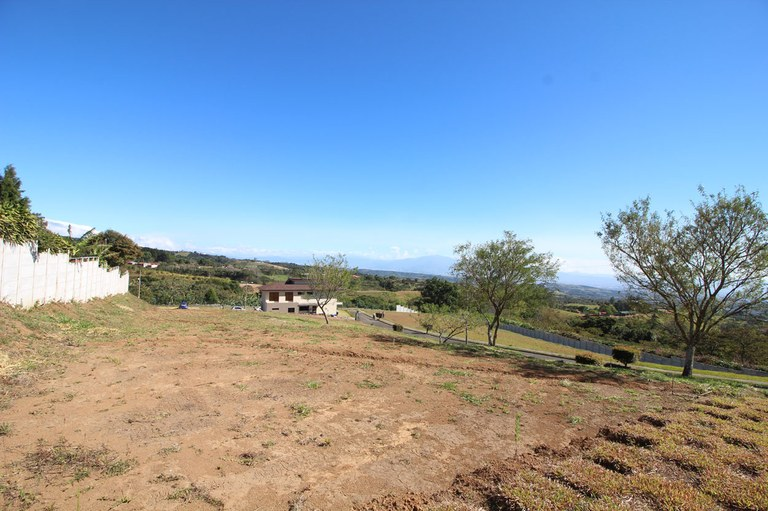 LOTS OF 500M2 AT COMFORTABLE PRICES IN GATED COMMUNITY IN GRECIA