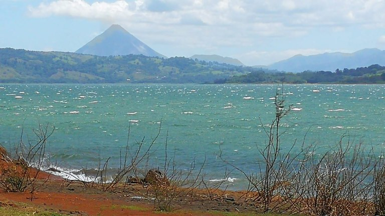 LAKE FRONT PARADISE: LARGE LOT WITH LAKE ACCESS AND VOLCANO VIEW