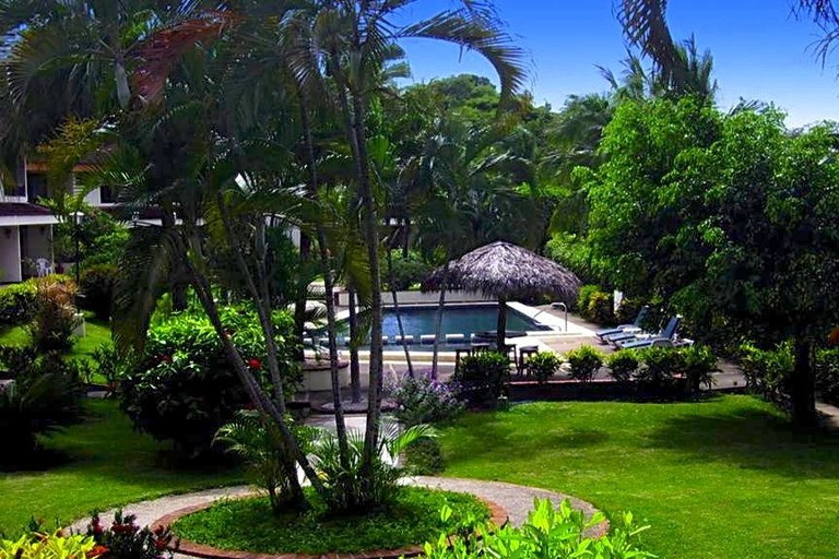 Villa Flamingo 5: Tropical Garden Vacation Condo - Short Walk To Beach