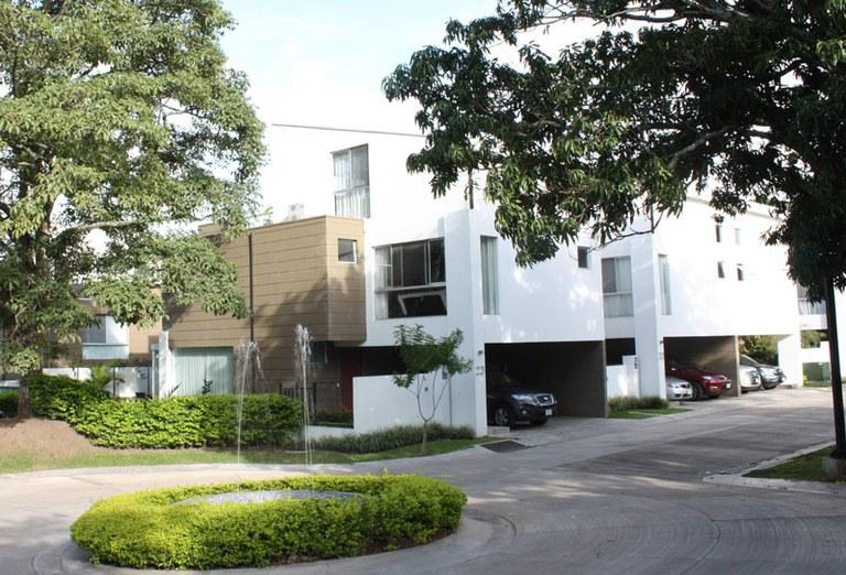 Casa de Tres Niveles rodeada de Naturaleza a la Renta: House For Rent in Santa Ana