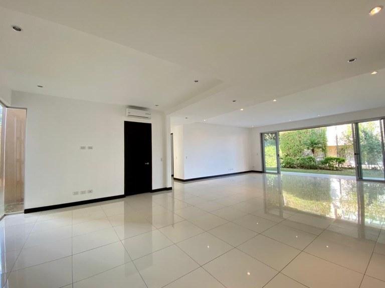 Contemporary Apartamento for Rent with Garden Piedades Santa Ana