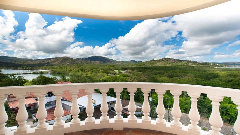 Tres Vistas Penthouse: Penthouse with 3 different views in Flamingo for Rent