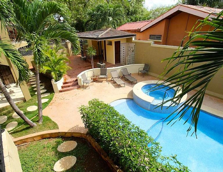 Casa Serena Guapinol: Well-appointed 2-bedroom condo, 3-minute walk to Langosta Beach.