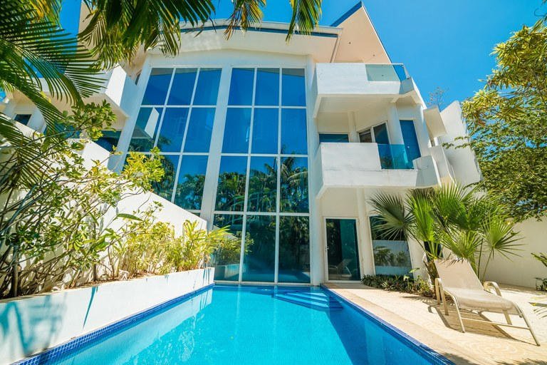 Casa Azul del Mar: Modern home in Malibu style, walking distance to Langosta Beach.