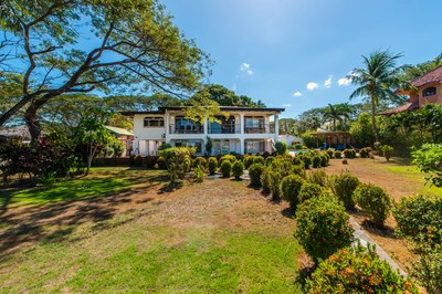 Casa Surfside: Large Beachfront Home with Pool on a Double Lot!