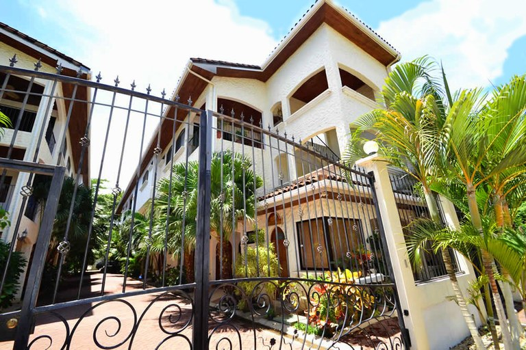 Condo La Buena Vida 9: Sunny 3-bedroom luxury penthouse, ideally located near center and beach of Tamarindo.