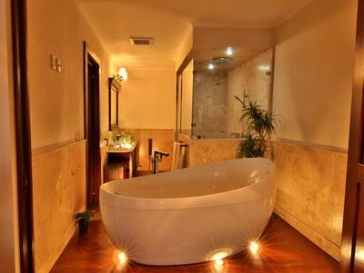 Bath Tub at Master Bath