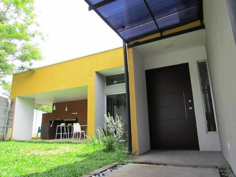 7631: Casa Contemporánea de un Nivel en Barrio Tranquilo en Ciudad Colon