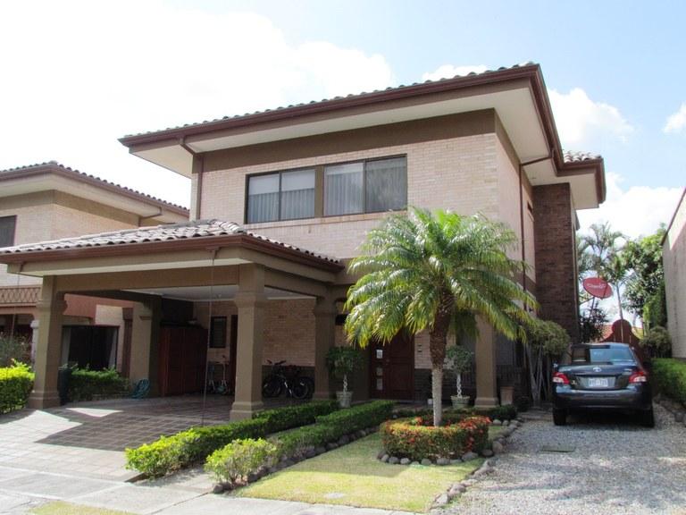 7502: Hermosa casa de 3 dormitorios con piscina en Santa Ana