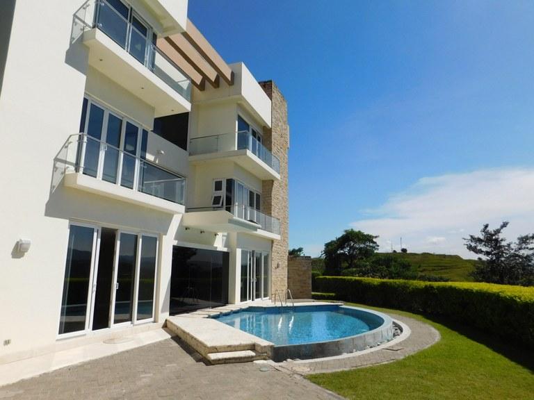 7082: Elegante Casa de 4 Habitaciones con Vistas Panoramicas en Santa Ana en Venta