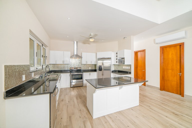 Casa La Esencia de Tarma: New home within gated beachfront community