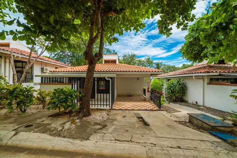 Los Almendros 4: Beachfront Villa with Great Amenities