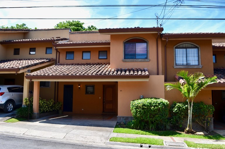 CONDOMINIO PRADOS DEL OESTE: House For Sale in Santa Ana