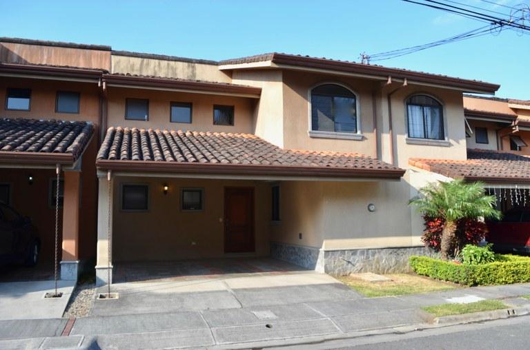 VENTA DE CASA COMO NUEVA EN PRADOS DEL OESTE: House For Sale in Lindora