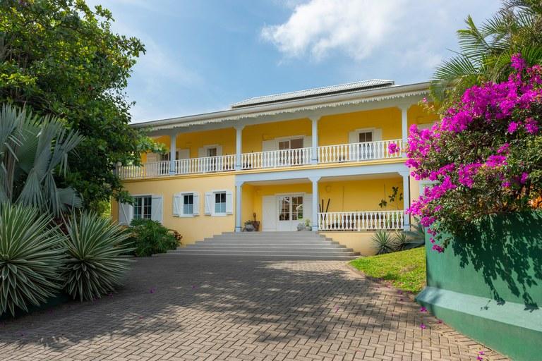 Casa Francesa con apartamentos a la venta en Santa Ana: House For Sale in Uruca