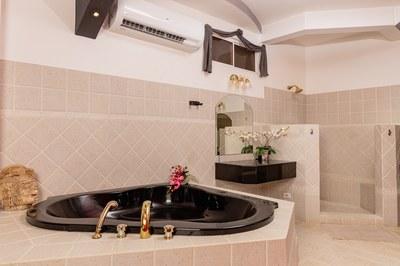 Casa El Paraiso master bathroom