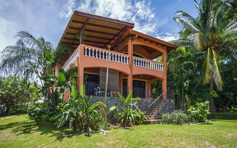 Las Tres Tortugas: An ocean view home, a guesthouse and 3 private suites in a tropical garden, with high-end amenities.