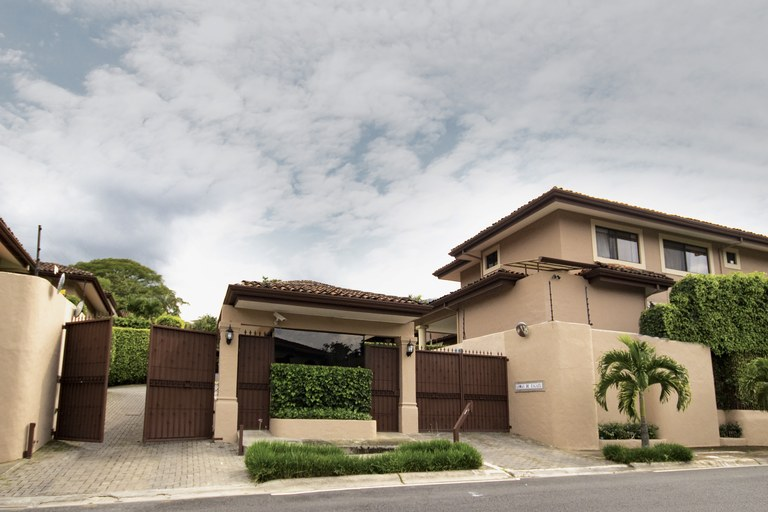 Lomas de Escazú 9: Estate-Style Condominium With European Flair