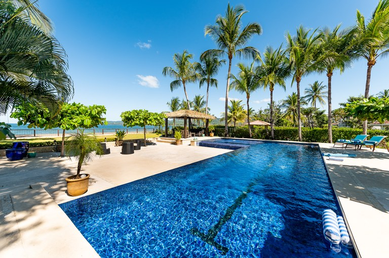 Casa Reflections: Elegant Beachfront Bungalow Offering Peace & Tranquility – Short Walk to New $50M Flamingo Marina!